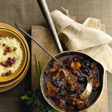 Lamsvlees, gestoofd, met gedroogde pruimen,  saffraan en kaneel