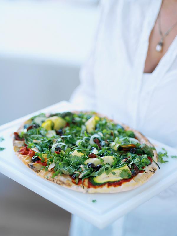 Gezonde pizza met groenten en kervel
