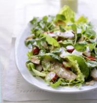 groene salade met gerookte forel