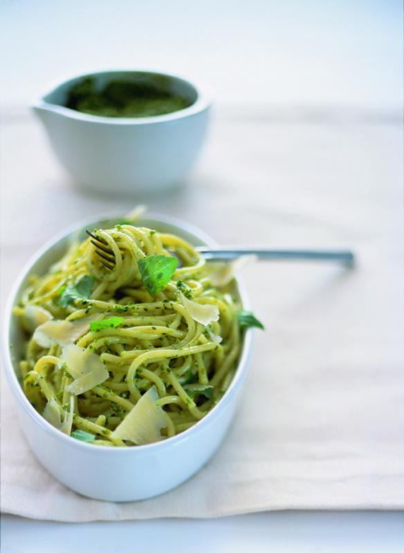 spaghetti met pistachepesto en oude kaas