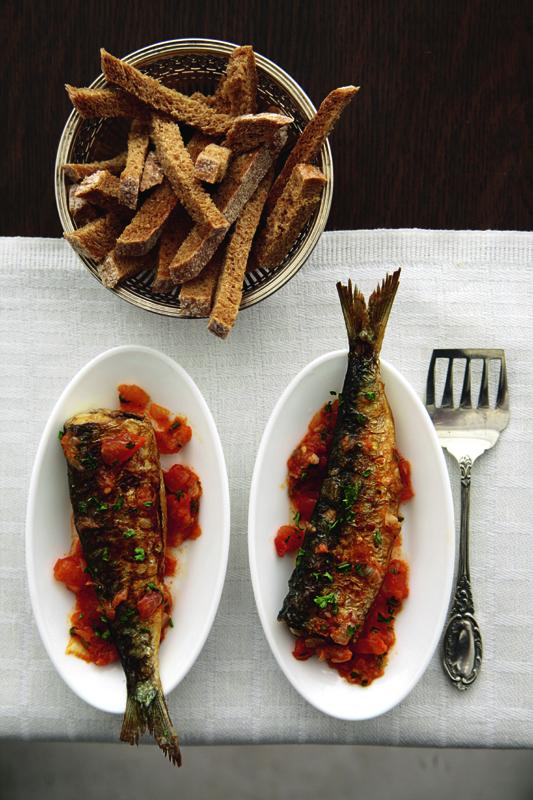 sardientjes met tomaat en ui