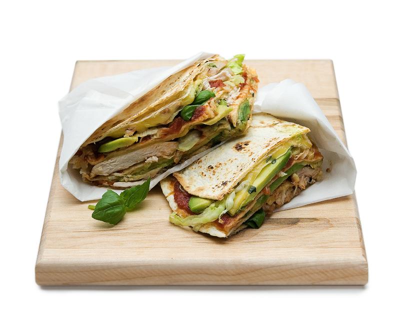 gegrilde tortillasandwich met kip en avocado
