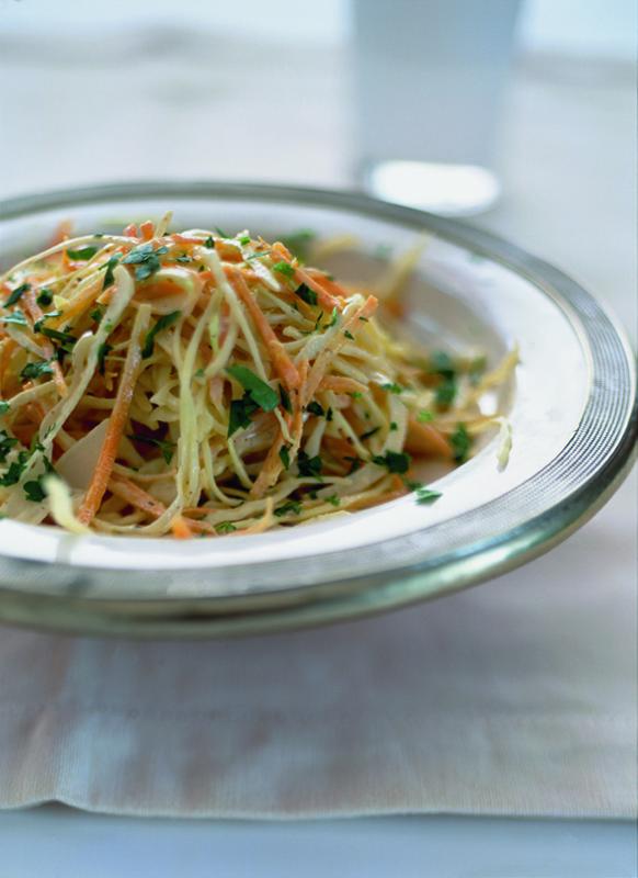 salade van witte kool en wortel met tahin-citroendressing