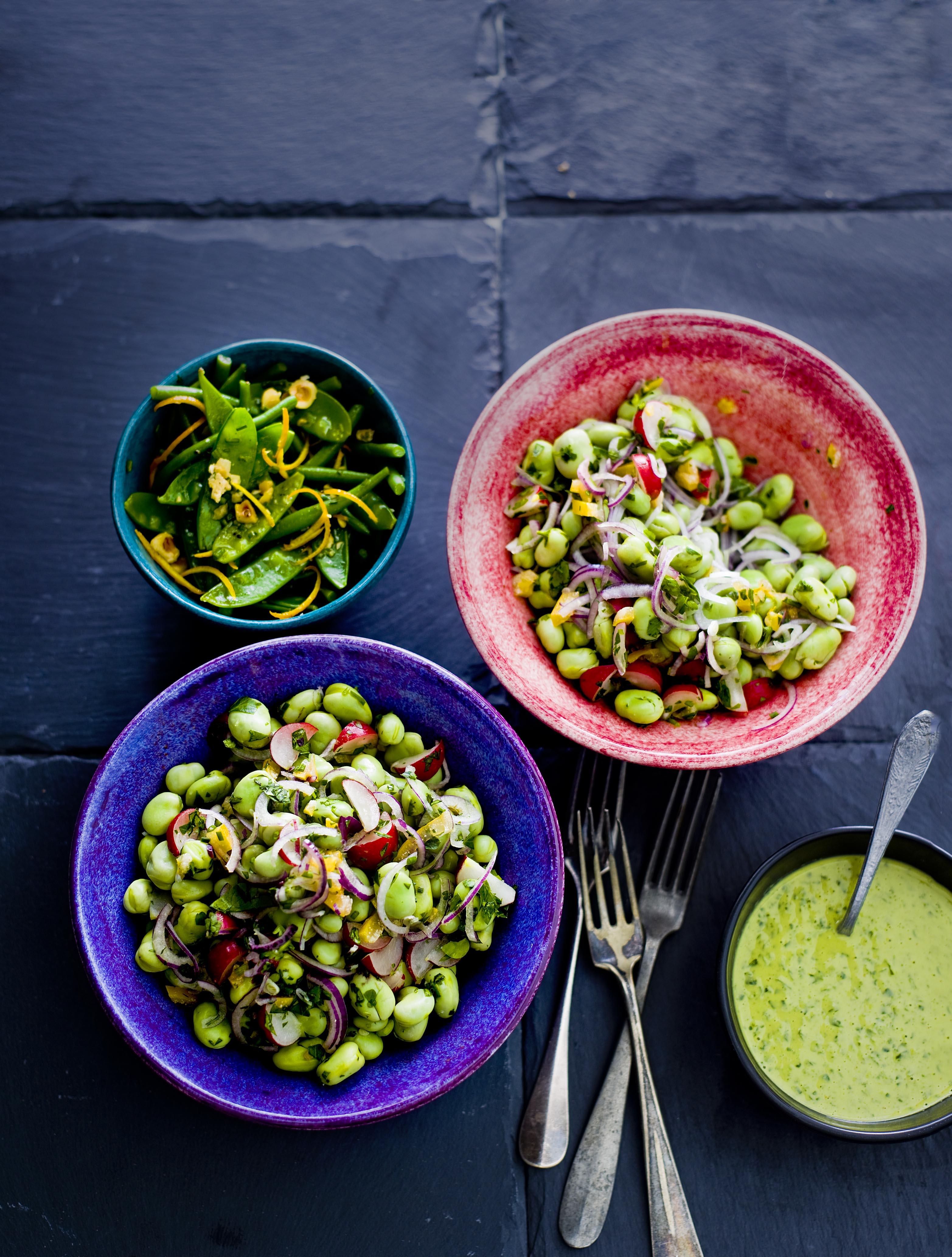 salade van radijs, tuinbonen en groene tahinsaus