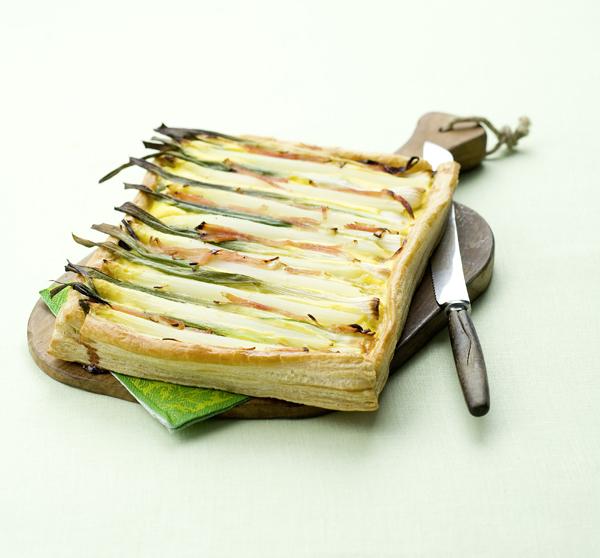 hartige taart met asperges, bosui, ham en ei