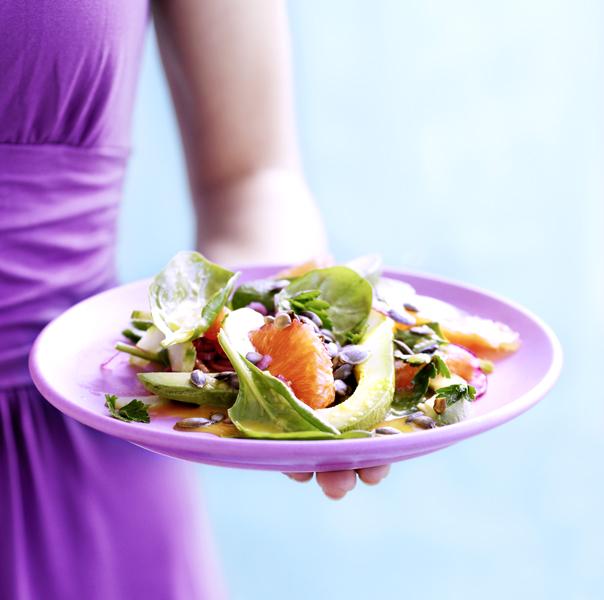 salade van spinazie, avocado, grapefruit en pompoenpitten