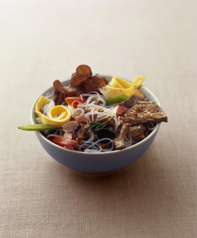 koreaanse noedelsalade met groenten