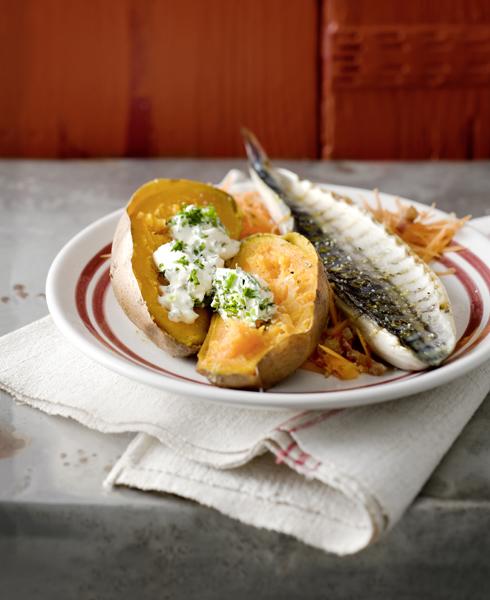 gegrilde makreel met gepofte zoete aardappel en kruidencrème