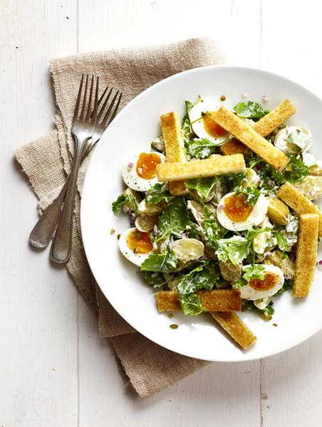 aardappelsalade met raapstelen, eitjes en soldaatjes