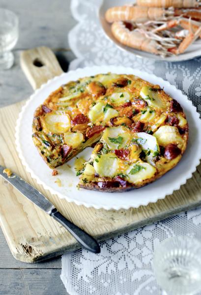 spaanse tortilla met mosselen chorizo - delicious