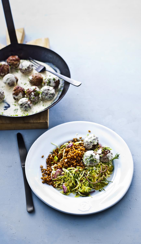 zweedse gehaktballetjes met kruiden-koolsalade