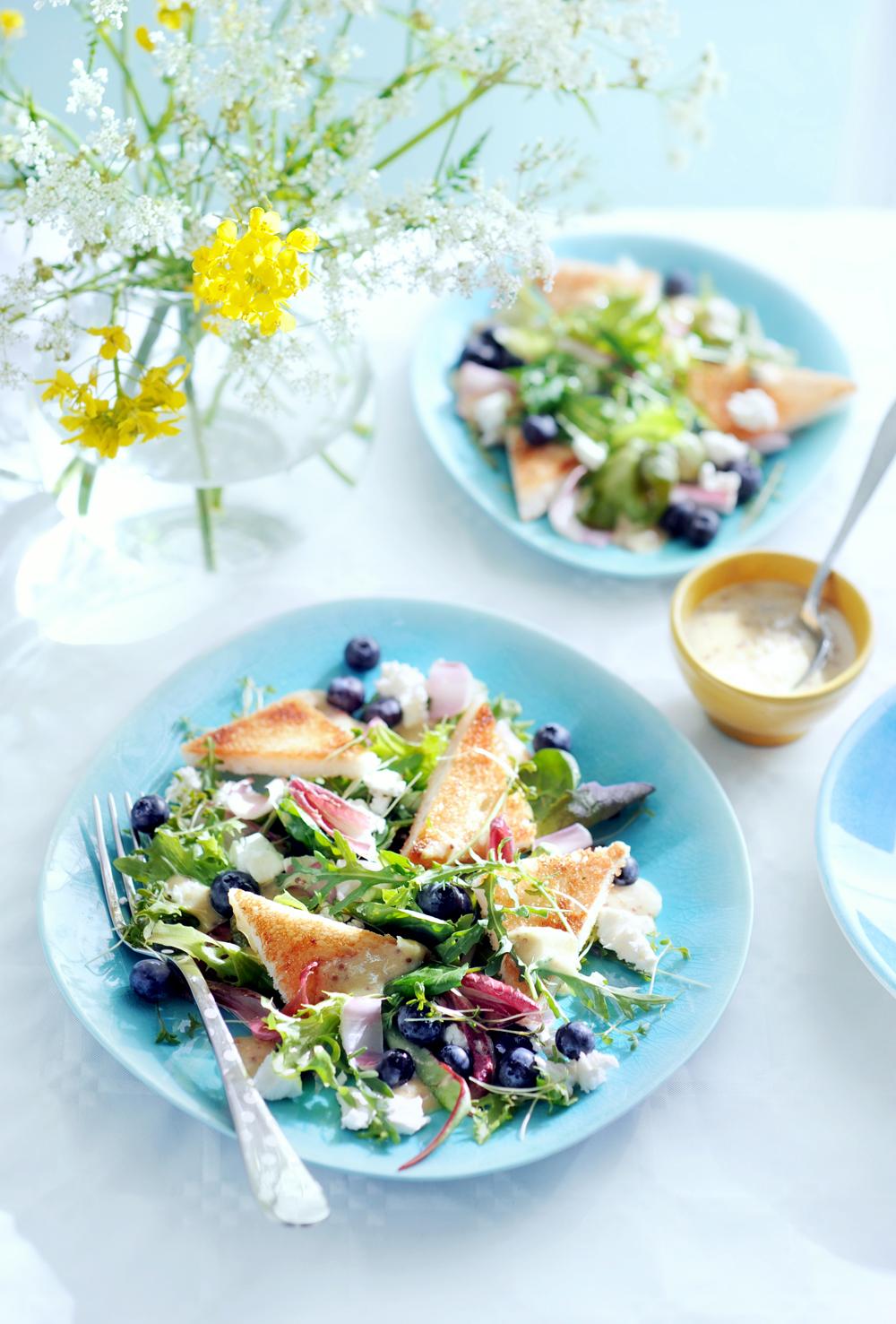 zomersalade met bladgroenten, bessen en geitenkaas