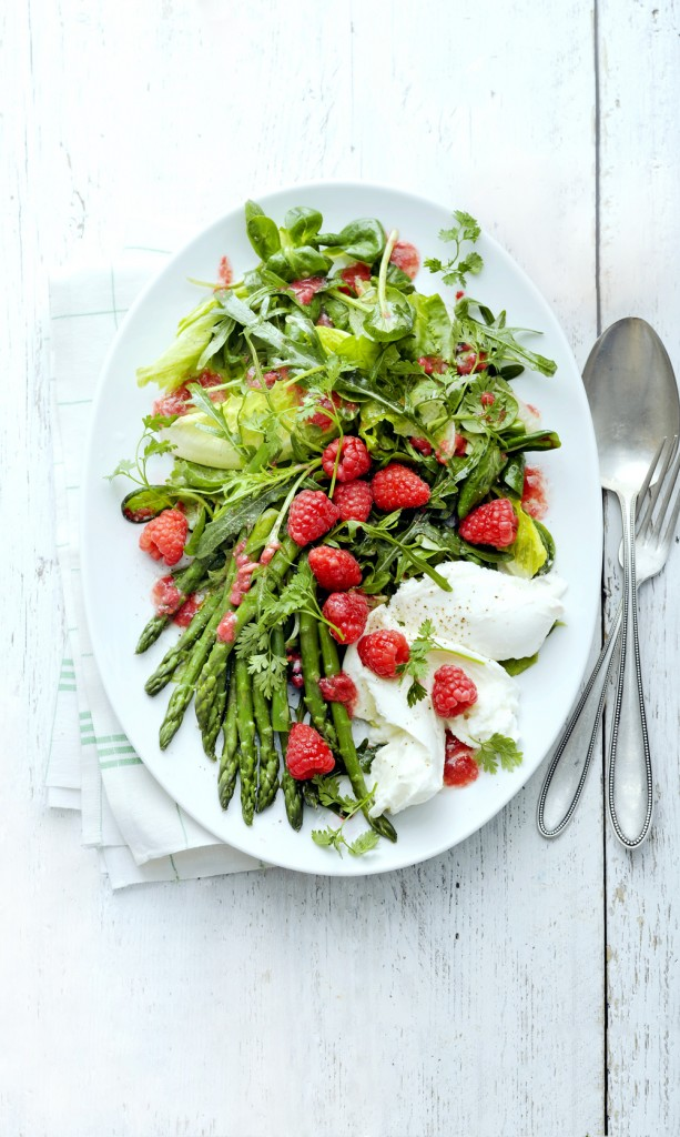 Jonge salade met frambozendressing en mozzarella - delicious
