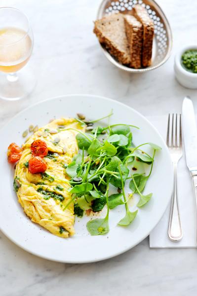 omelet met geitenkaas, postelein en postelein-oreganopesto