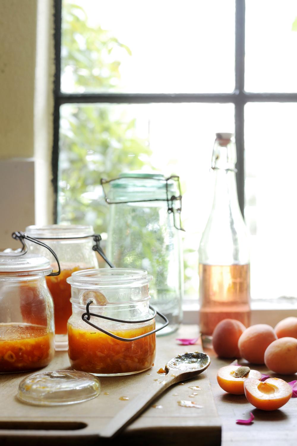 abrikozenjam met hazelnoten en rozen