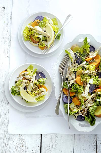 aardappelsalade met little gem, boerenkip en za'atardressing
