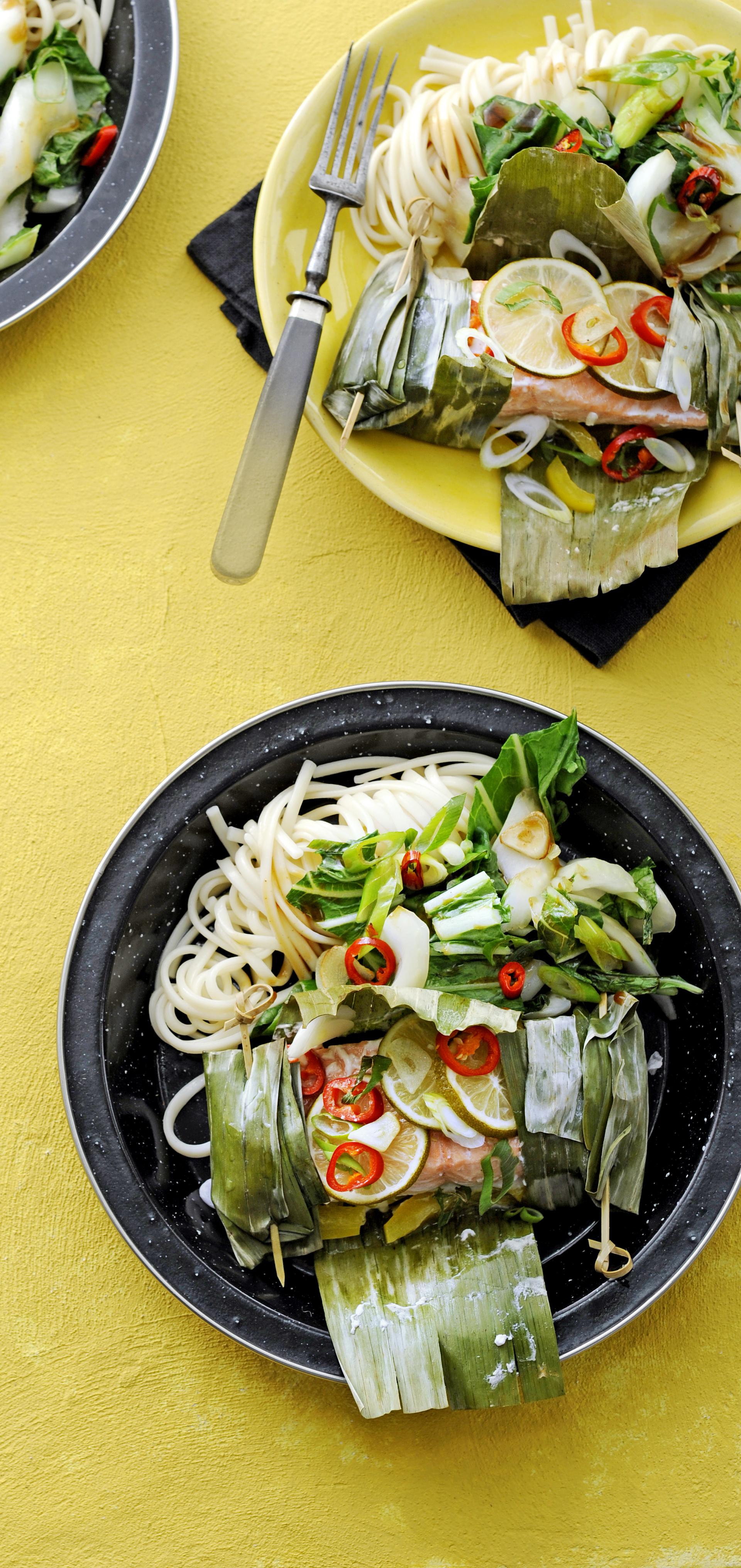 thaise zalmpakketjes met noedels en paksoi