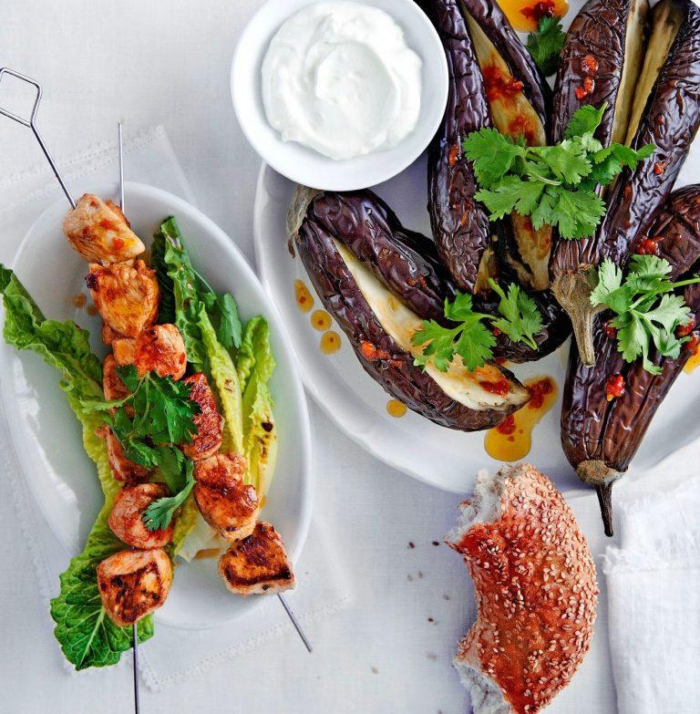 kipkebabs en gepofte aubergine met harissaolie