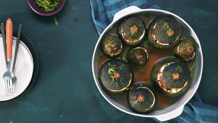 gevulde bolcourgettes met feta & freekeh