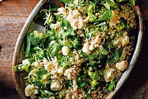 warme pittige rijstsalade met bloemkool en broccoli
