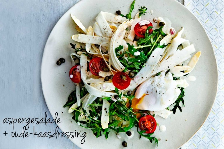 aspergesalade met oude-kaasdressing & gepocheerd ei