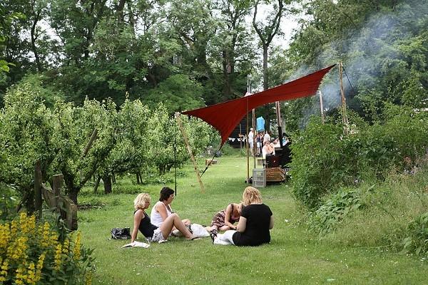buitenfeest tussen de appelbomen