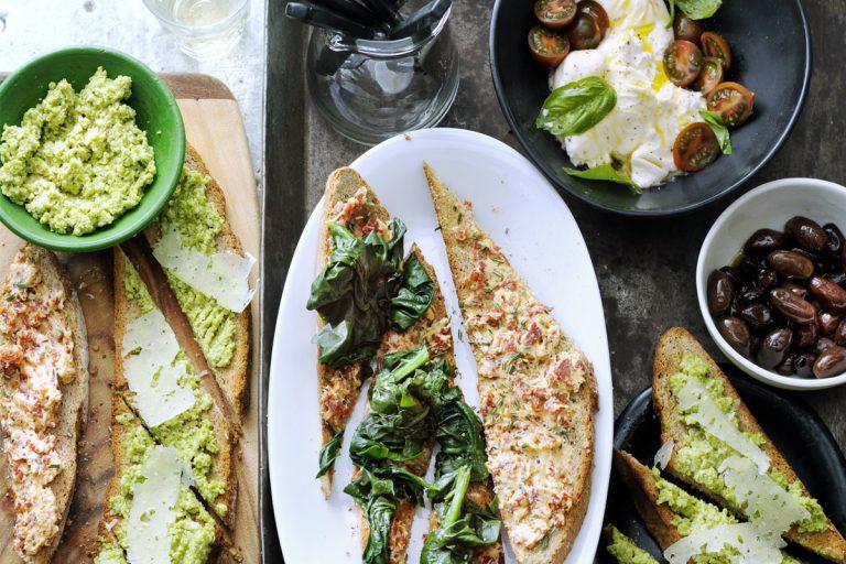 crostini met salamiboter en spinazie en met tuinboonpuree en pecorino