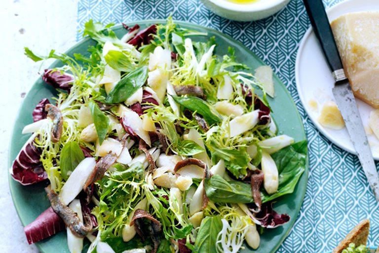 knapperige salade met asperges en ansjovis