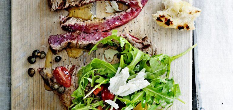 gegrilde entrecote met gepofte ui en rozemarijn