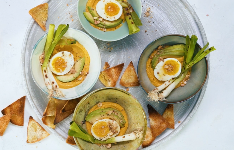 hoemoes kerrie met avocado, lente-ui en ei