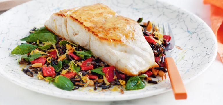 rijstsalade met gebakken vis