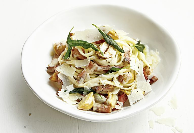 linguine met pancetta, salie en kastanjes