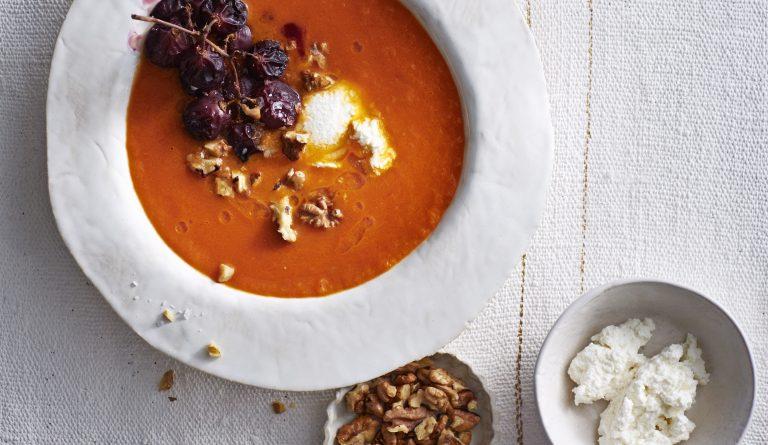 tomatensoep met druiven, walnoot en ricotta