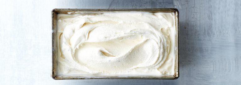 vanille-ijs met crêpes suzette en perzik