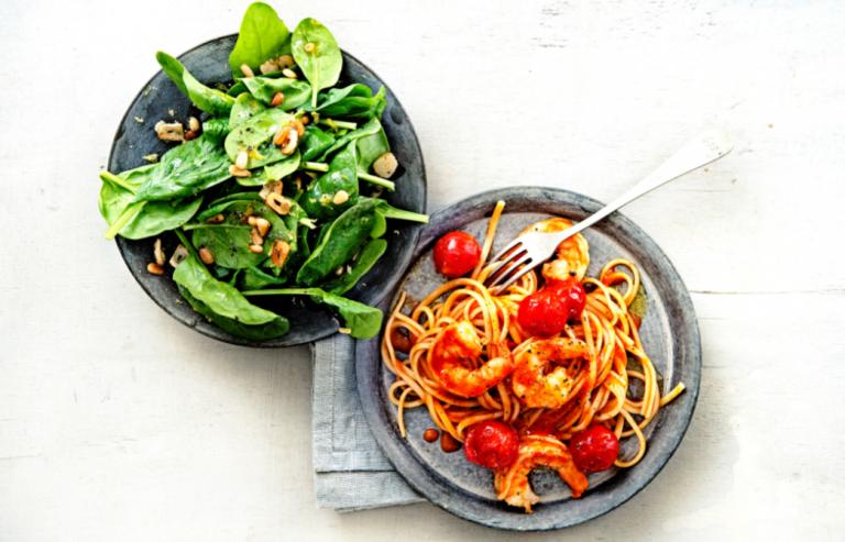 romige pasta met garnalen en spinaziesalade