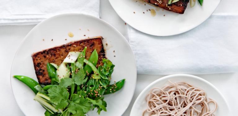tofoe gemarineerd in sojasaus met groene groenten