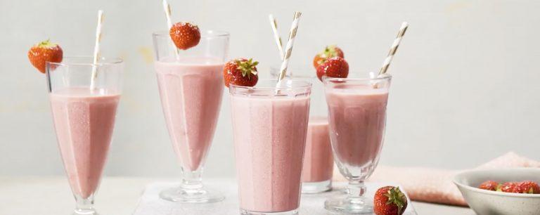 karnemelk milkshake met aardbei en kardemom