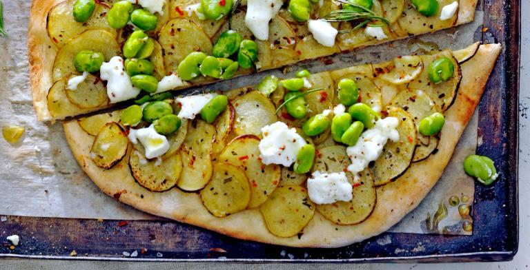 pizza met aardappel, geitenkaas en tuinbonen