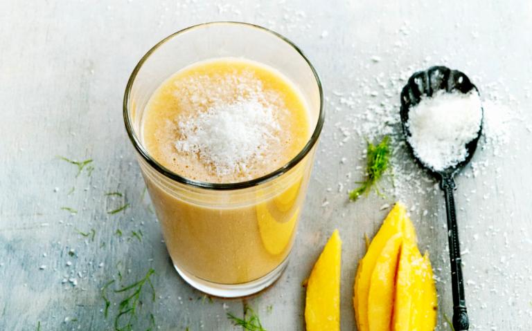 wortel-mangosmoothie met geraspte kokos