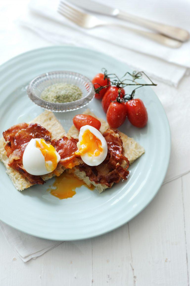 honingspek met ei, geroosterde tomaatjes en tijmzout