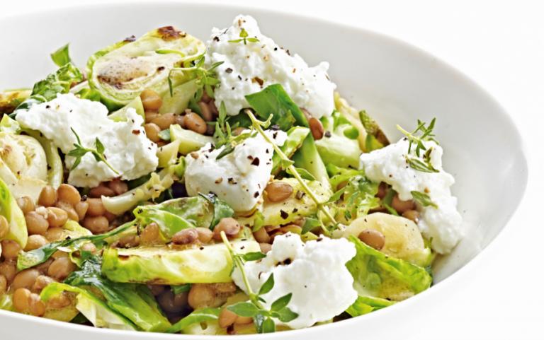 salade van linzen en spruiten met geitenkaas