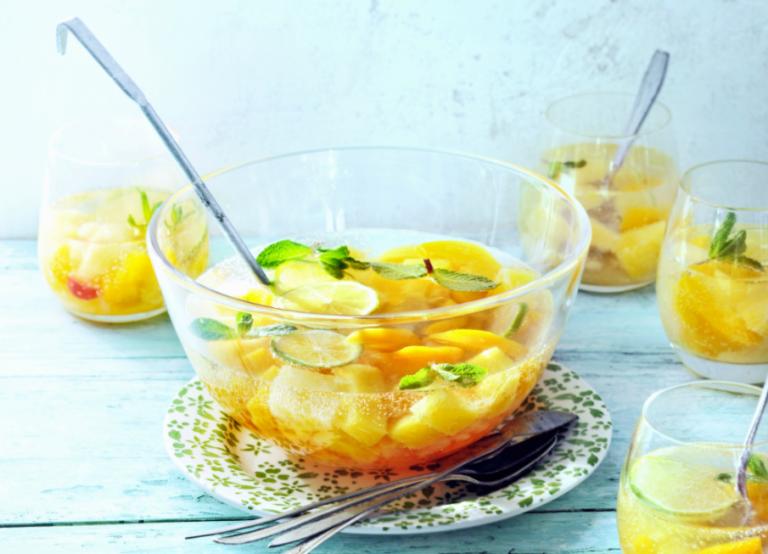 fruitbowl met bruiswater en munt