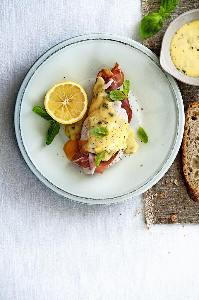 eggs benedict met parmaham en basilicumhollandaise