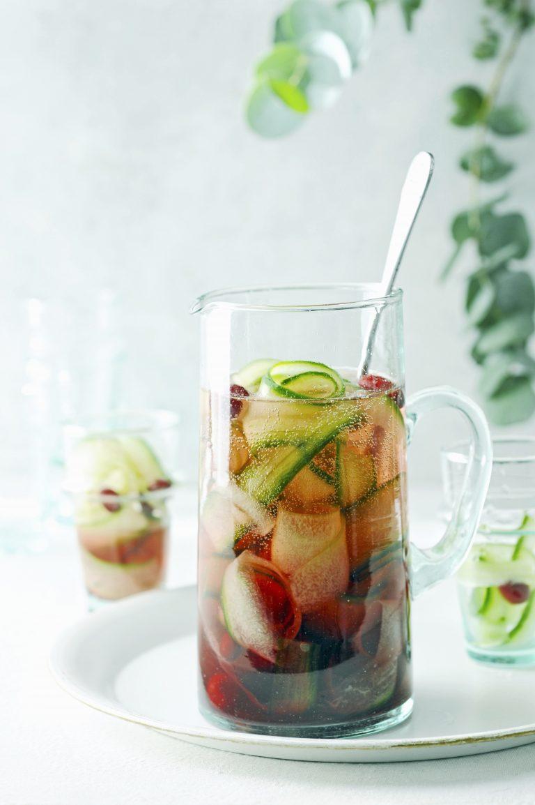 verfrissend drankje: komkommer-cranberrybruiswater