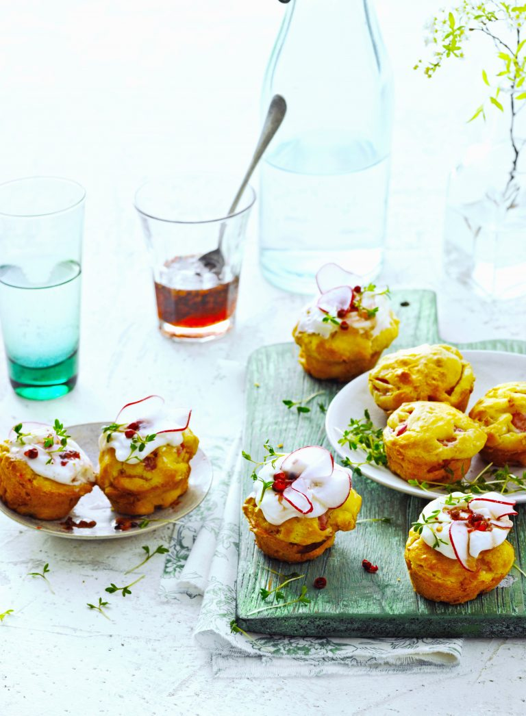 mini-radijscakejes met kaascrèmeen roze-pepersiroop