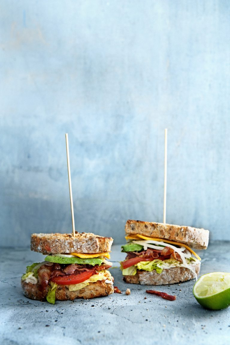 bacon & biersandwich met avocado