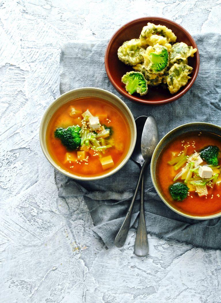 dashi met broccolistronk en tempuraroosjes