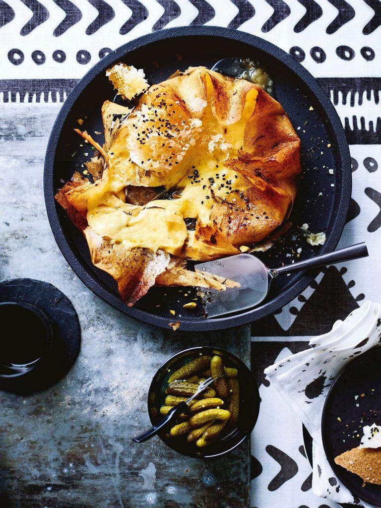 brikpastei met raclettekaas, rozemarijn en zwarte knoflook