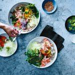 bowl met gerookte forel en pruimen | delicious