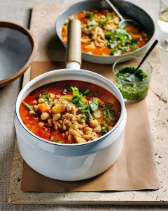 minestrone met parelgort en pesto | delicious